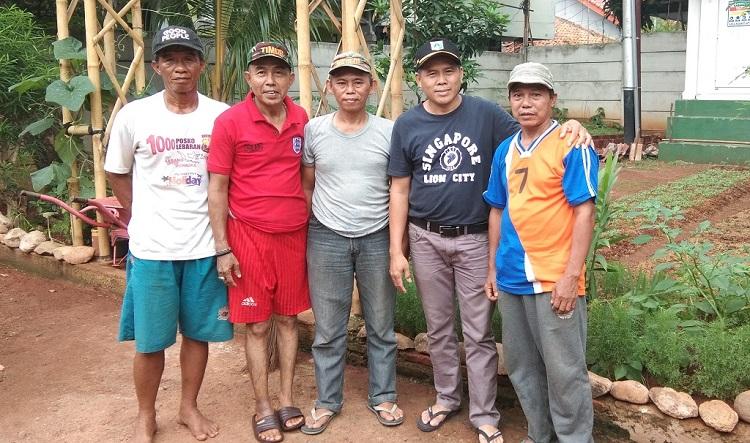 Pengurus dan penggiat lingkungan hidup di RW 01 Kebon Pala, Jakarta.