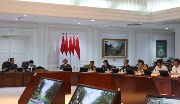 """Presiden Joko Widodo dalam rapat terbatas dengan topik """"Akselerasi Penguatan Ekonomi di Sektor Pertanian dan Perikanan"""" di Jakarta, Selasa, 10 Desember 2019."""