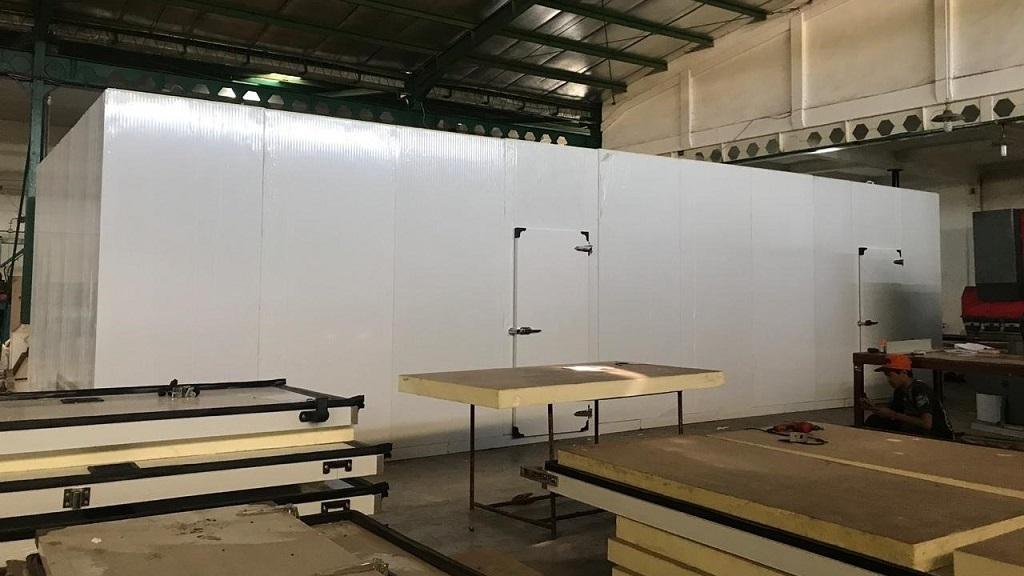 Penyimpanan produk pada chiller atau cold storage tidak kontak langsung dengan lantai, dinding dan langit-langit.