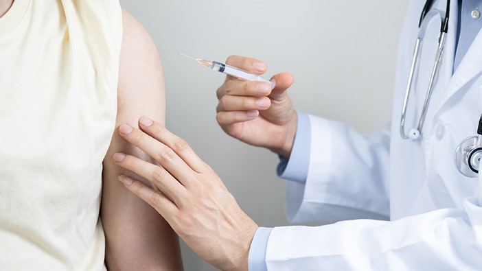 Vaksin bekerja dengan cara merangsang sistem kekebalan tubuh untuk menghasilkan antibodi.