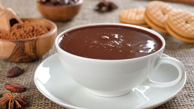 Secangkir minuman cokelat hangat.