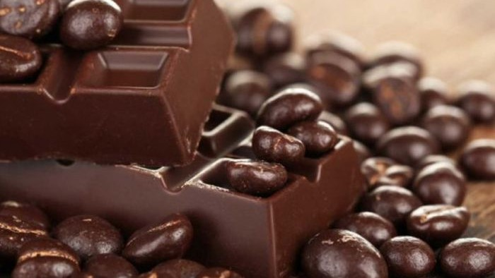 Suhu, lingkungan, kelembapan, dan kandungan oksigen di dalam kemasan sangat mempengaruhi keawetan makanan cokelat.