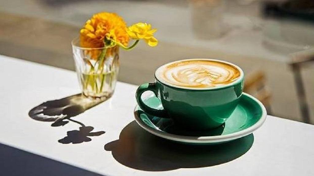 Secangkir kopi panas.