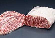 Daging sapi mentah meltique striploin atau sirloin yang hampir mirip dengan daging sapi wagyu.