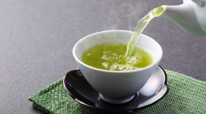Teh hijau diolah dari daun kesatu, kedua, dan ketiga di bawah peko dari pucuk tanaman teh.