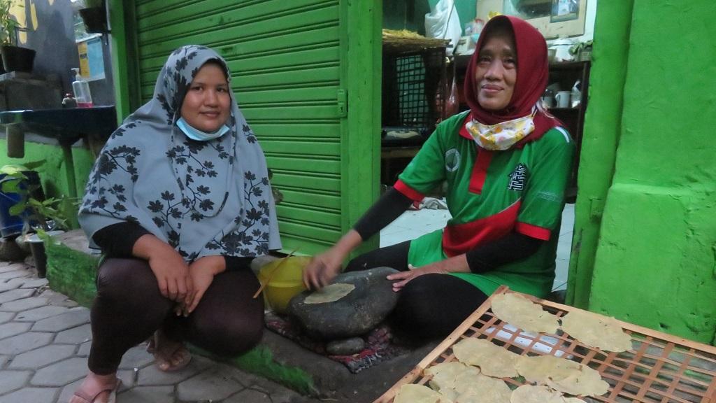 Emping jengkol merupakan kerajinan turun-temurun di Kebon Jukut, Kota Bogor, Jawa Barat.