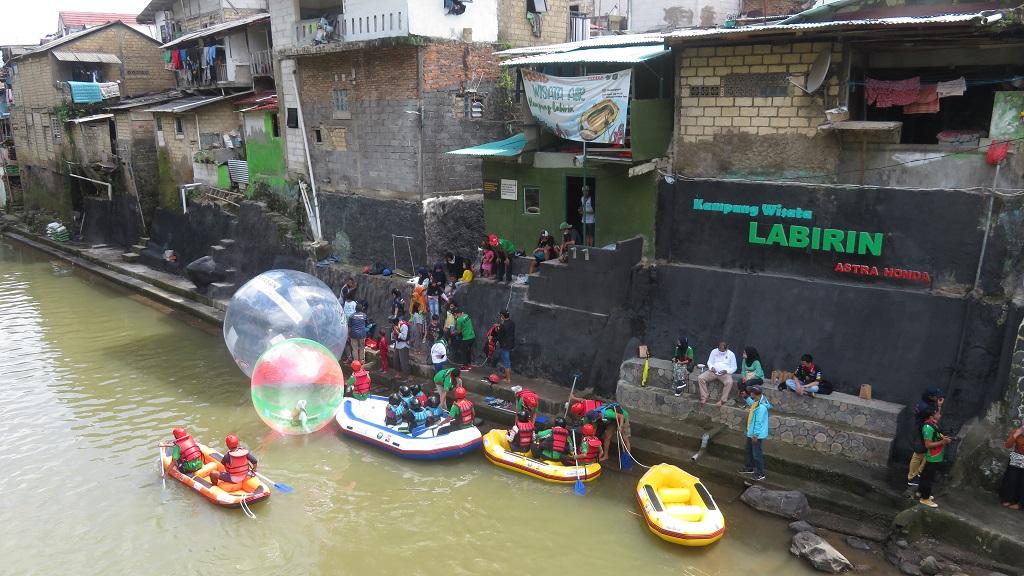 Wisata air naik perahu karet Liquidstar dan balon air Surya Balon di Kampung Wisata Labirin, Kebon Jukut, Kota Bogor, Jawa Barat.