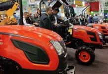 Traktor dua poros dengan empat roda karet.