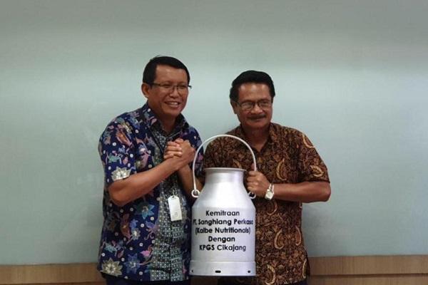 Kalbe Nutritionals menyerahkan milk can kepada Koperasi Susu Cikajang.